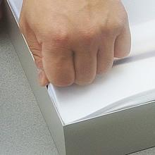 工具などは使わずに、ファブリックをフレームに取り付けることができます。