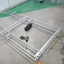 大型の展示フレームをグリップフレームシステムで組み上げていきます。