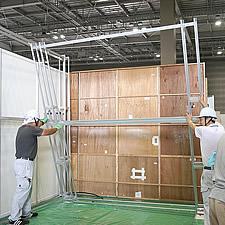 各パーツはアルミ製ですので軽量です。高さ約3メートルの展示フレームを二人の作業員で組み上げることができます。