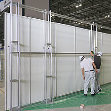 展示フレームを連結させ、幅約6メートルを実現しました。