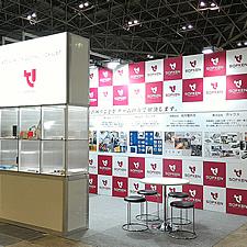 2コマサイズの展示ブースです。手前の展示スタンドは、内部にLED照明を組み込んであります。