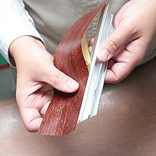 (2)アルミ製のパーツにシートを貼り込んでいきます。