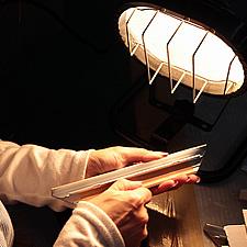 (11)パーツをランプで暖めながら目視で確認します。