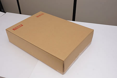 ダンボール箱で梱包された製品がお手元に届きます。
