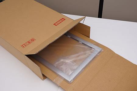 箱から製品を取り出している写真です。隠れたところにアダプターが入っています。