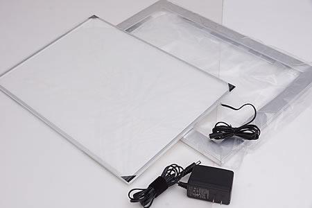 製品一式の入った袋とアダプターです。