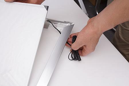 電源ケーブルはフレームの裏側へ通します。