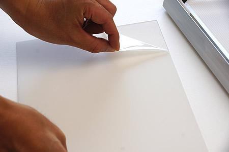 透明板の保護フィルムを剥がしていきます。
