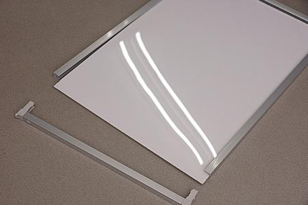 背板と透明板が重なった状態でフレームに内に入っています。