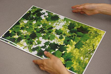 透明板の保護紙をゆっくりとはがしていきます。