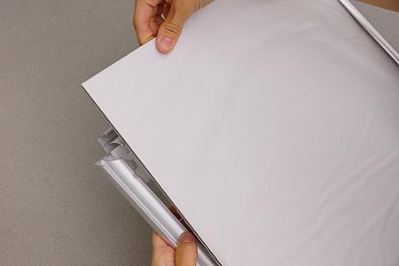 保護紙の付いた透明板と背板をゆっくりと取り出します。