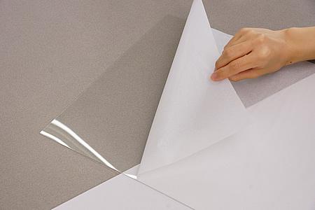 透明板を傷つけないようにゆっくりと保護紙(保護フィルム)をはがします。