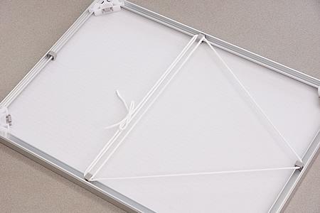 吊り下げヒモで三角形を描くようにヒモを通していきます。ヒモを通さない一辺が、壁に飾るときの上辺になります。