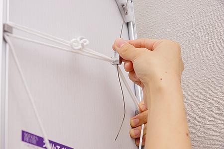 吊り下げヒモの真ん中に用意したフックを掛けます。