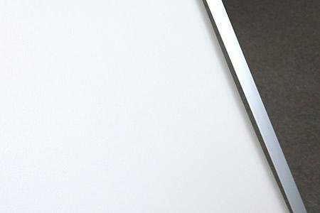 パネルがたわみ、作品とフレームの間に隙間が生じてしまいます。