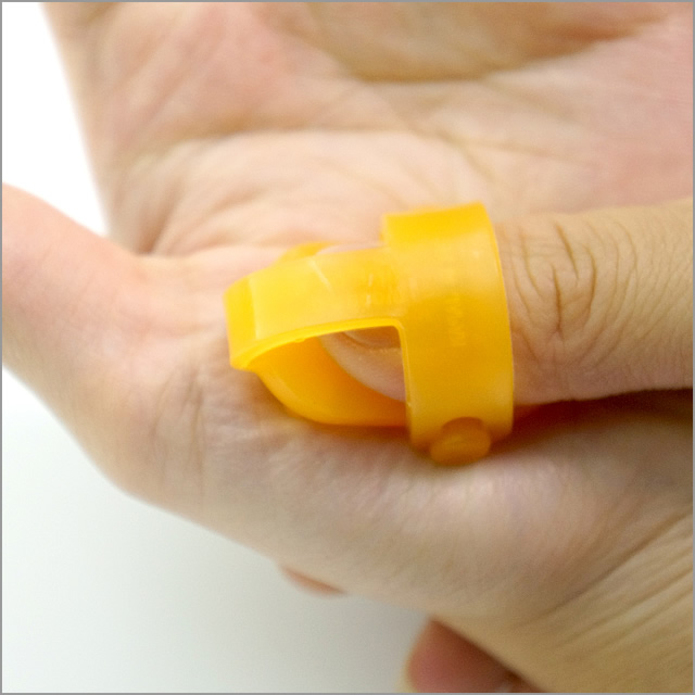 ユビラークを指先にはめて、気になるところに適度な力で押し当てます。