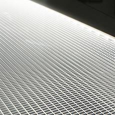 LEDの光を点ではなく面に広げるための工夫が施された特殊な導光板です。