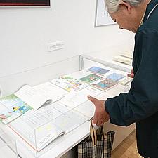 透明性の高いアクリルの使用と高さを抑えた設計により、よりリアルな展示を実現しています。