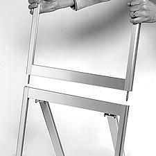 オリジナルポスタースタンド ── 脚部にパネル部を差し込みます。