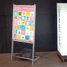 雑貨店の入り口にて、キャンペーン商品の紹介