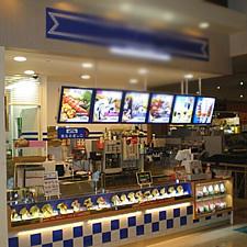 フードコート内の飲食店の上部に設置されたメニュー表です。LEDパネル(ラクライトボックス)を使用することにより、集客効果と視認性を高めています。