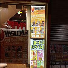 遊技場の入り口に設置されたLEDパネルタイプのポスタースタンドです。室内からガラスウィンドウ越しに設置されています。