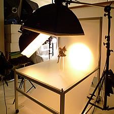 スタジオ設置用の撮影台です。プロカメラマンの方から依頼され、透過光撮影に適したフレーム構成を設計しました。特に背面下位置からライティングした際にフレームの影が出ないため使い勝手が抜群に良いと喜んでいただきました。