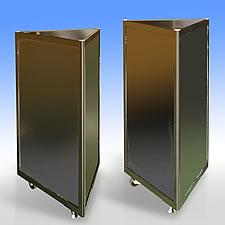 三角柱スタイルのスタンドです。三面にマグネットボードを配し、大小様々なポスターやチラシを貼ってお知らせボードとしてご利用いただいています。ショッピングモールの通路に設置されています。