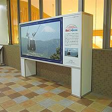 箱根駅の構内に設置された観光ポスター特注スタンドです。しっかりした構造ですが全体は比較的軽量でグリップフレームを巧みに組み合わせて設計されました。設置も撤去も短時間で済ませられます。
