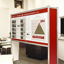 新築マンションのエントランスに設置された説明用のパネルスタンドです。軽量で組立分解の容易な構造、グリップフレームの有効な使い方と言えます。