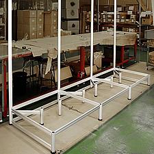 大型テレビ展示専用の仮設ステージです。量販店の売り場の一部に設置され、商品展示を行いました。