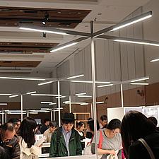展示スペースに一面に配置されたLED照明。グリップフレームシステムの珍しい活用法でした。