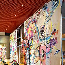 巨大なキャンバス地のアート作品を1日だけ展示するためにグリップフレームが利用されました。