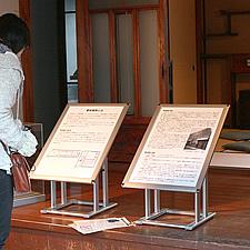 某博物館からのご依頼で製作した解説パネル用スタンドです。フロアから約40センチメートルほど高い位置に設置するため、通常よりも低く、ポスターパネルも角度を付け、少し寝かした状態になっています。