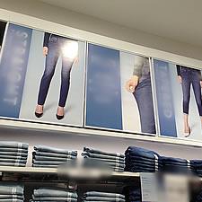 商品案内用のポスターを掲示するポスターフレームが、バックヤードの扉となっています。ポスターフレームは前開き式ですので、季節ごとのポスターの入れ替えなども短時間で行えます。
