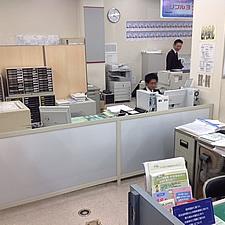 事務所内で、デスクの高さに合わせたローパーティションです。