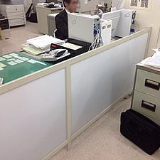 事務所のレイアウトに合わせて、設計製作施工いたしました。