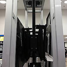 グリップフレームシステムで自立する大型スタンドを製作し、大型モニターは吊り下げ式で展示されています。
