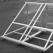 太陽光発電パネルを設置する連結式の特注のスタンドです。