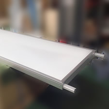 ポスターパネルの部分を取り外すことができます。