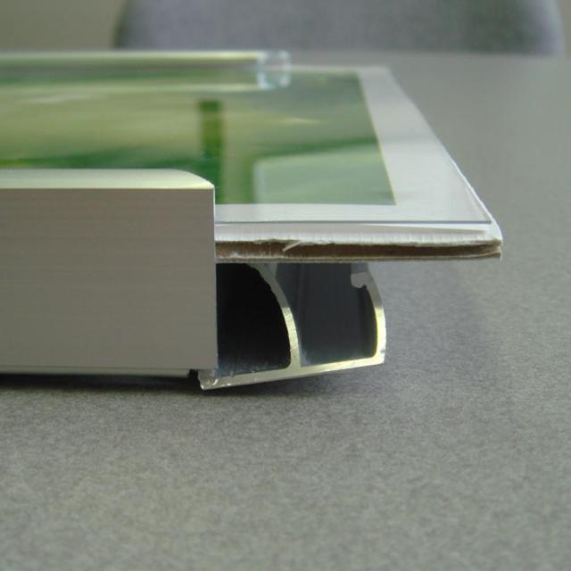 「ラクパネ」を開いた写真です。開く角度が大きいので、作品の入れ替えも簡単です。