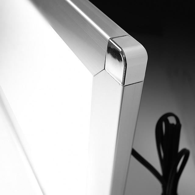 LEDパネルをソフケンフレームに組み込んだポスターパネルです。前開き式ですので、作品の入れ替えも簡単に行えます。