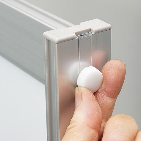 左右の支柱の上部にある白いネジを回して緩め、上辺を上方向にゆっくりとスライドさせます。(1)