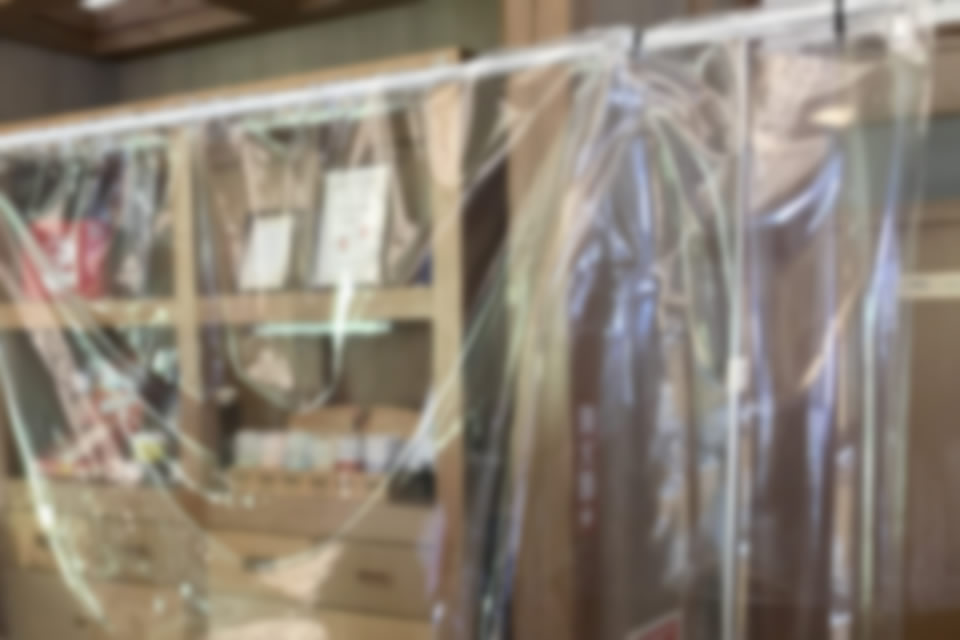 ビニールシートを吊り下げた簡易的な飛沫感染防止のイメージ(1)
