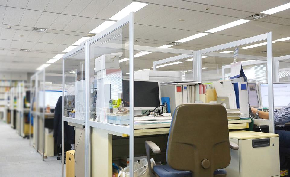 納品事例 ── 既存のオフィスのレイアウトを崩すことなく、安全快適なウィズコロナ時代のデスク環境が構築できます。