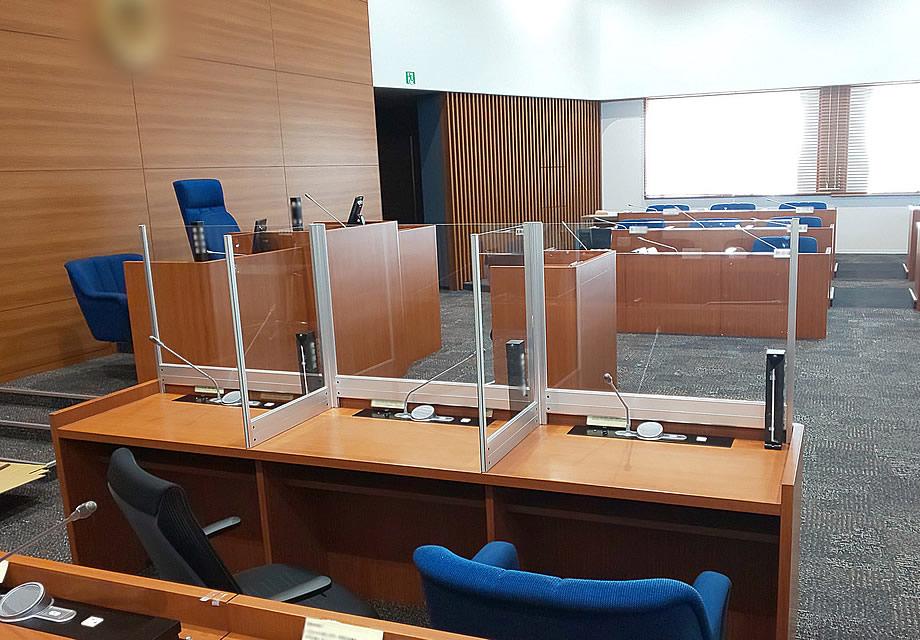 飛沫感染防止デスクパーテーション、会議場デスクに試験設置の様子(1)