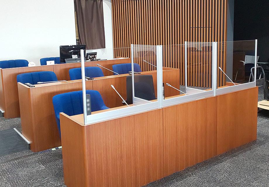 飛沫感染防止デスクパーテーション、会議場デスクに試験設置の様子(2)