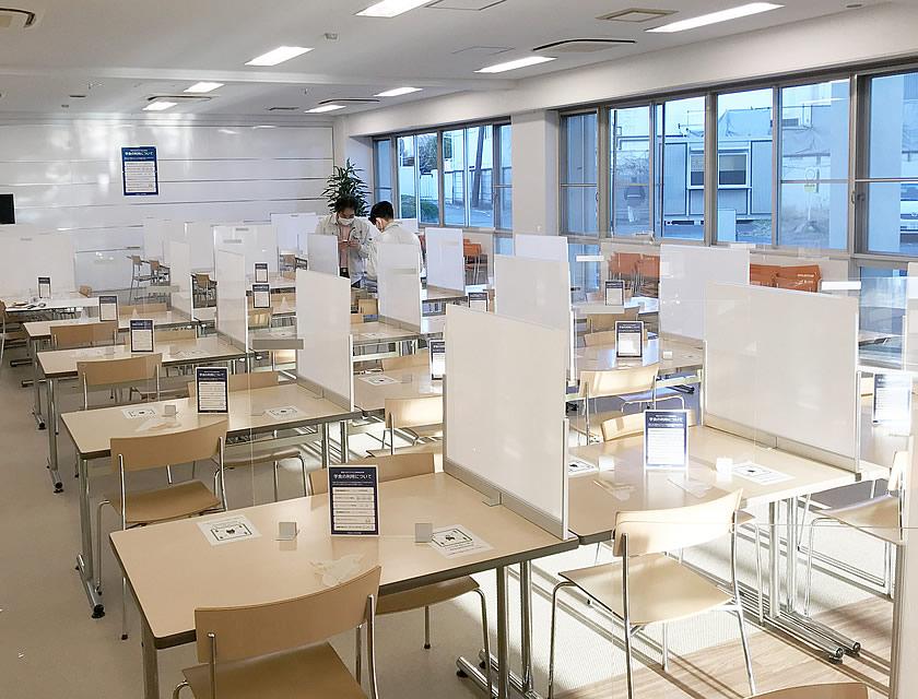 授業の合間に学生が集まる学食では、飛沫感染対策は必須です。