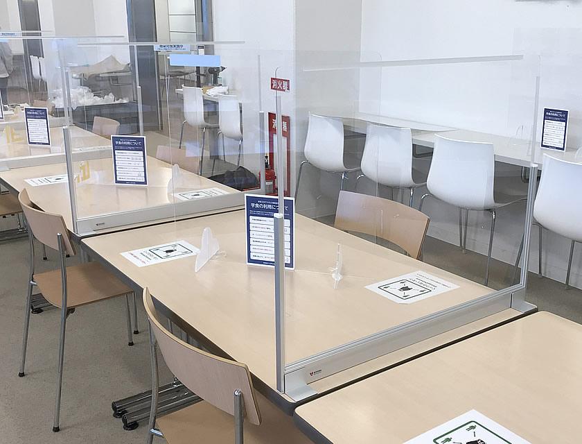 テーブルを仕切る飛沫感染防止デスクパーテーションを設置しました。