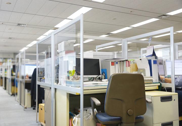ソフケン「デスクパーテーション」透明アクリル板仕様 導入事例(1)